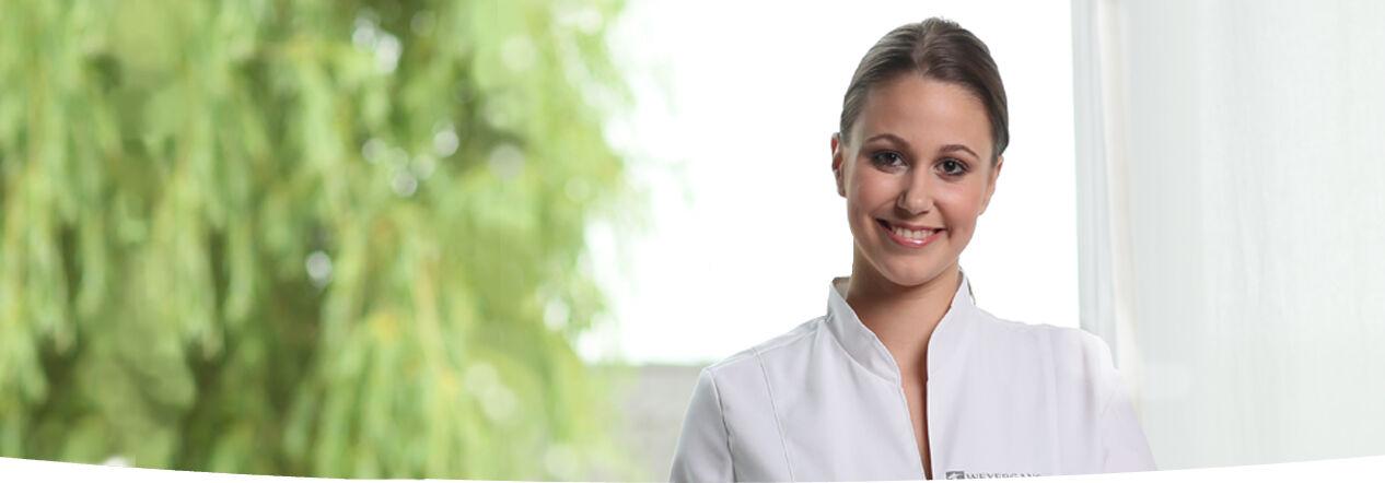 Oxigénion terápia asszisztens nő a rendelőben